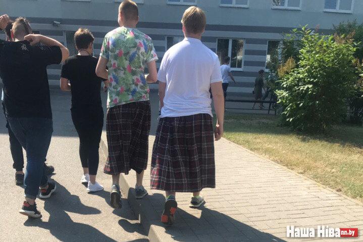 Что это было: Почему администрация Минского колледжа предпринимательства заставила парней надеть юбки?