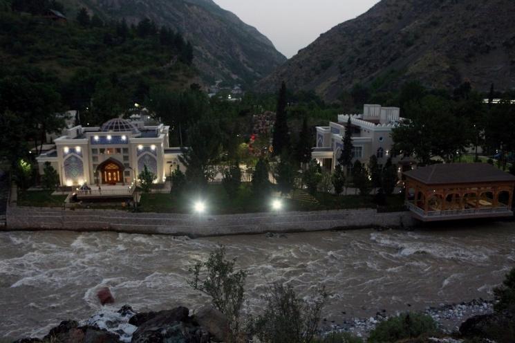 Редкая возможность увидеть президентскую резиденцию: Рахмон провел экскурсию для участников саммита в Душанбе