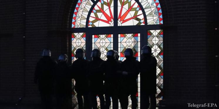 Власти готовятся забрать у верующих Красный костел? Неизвестные поменяли там замки