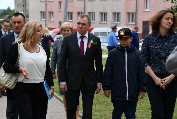 Макей с сыном приехали в Новогрудок на открытие мемориала бежавшим из гетто
