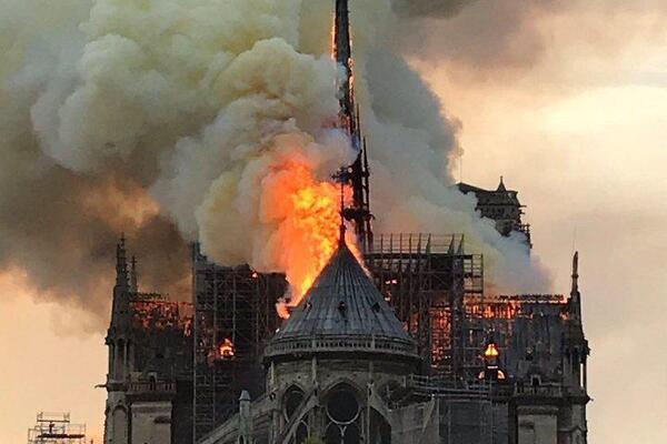 Рухнули шпиль и крыша: в Париже горит собор Нотр-Дам