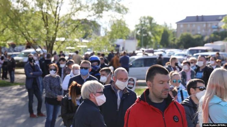 Казалось бы, тапочки... А на пикеты Светланы Тихановской в Слуцке собрали около сотни человек