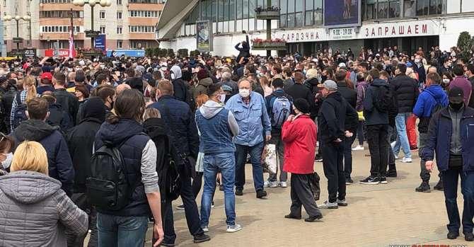 Очереди за свободой: пришла толпа, выстроился — народ. Эксперты – о масштабе подписных протестов в Беларуси
