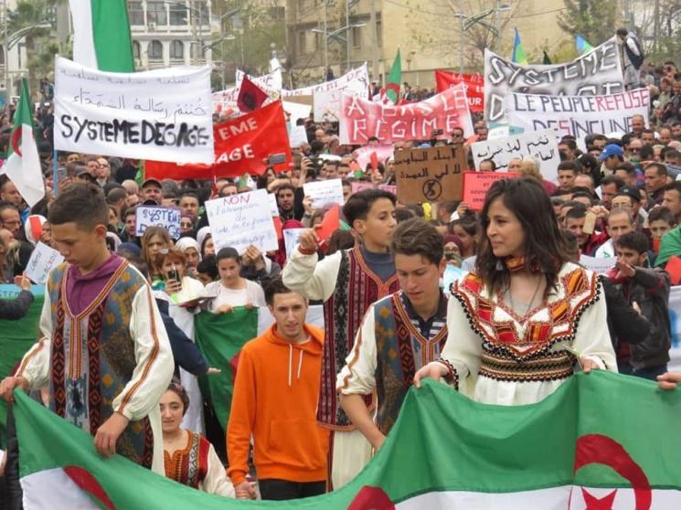 Десятки тыс. алжирцев протестуют против Бутефлика