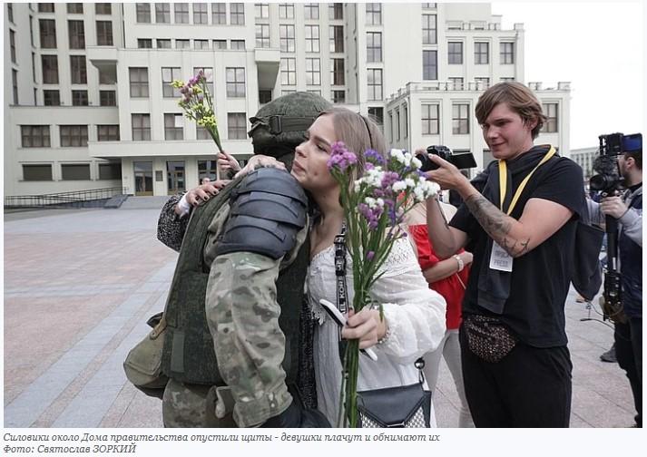 Силовики около Дома правительства опустили щиты — девушки плачут, обнимают их и дарят цветы