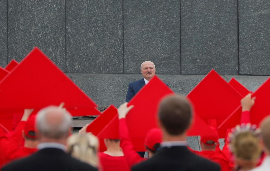 Лукашенко: если человек уже лежит, его не надо бить