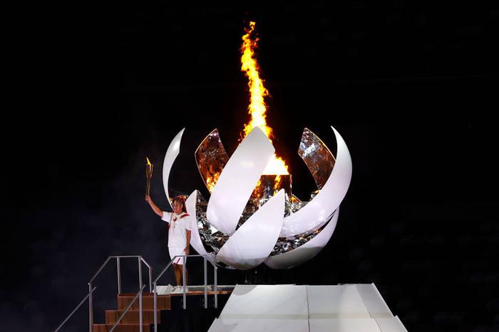 Фотофакт: Осака зажгла олимпийский огонь на церемонии открытия
