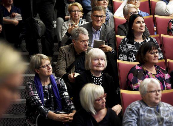 Финский президент пришёл на выступление своей жены, но ему не хватило места. Он сел на ступеньки