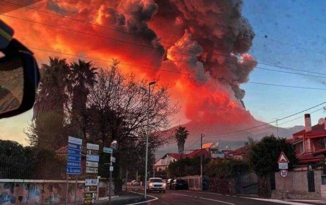 На острове Сицилия в Италии снова «проснулся» один из самых активных вулканов в мире – Этна.