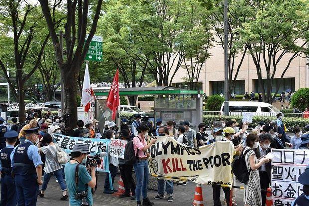 Протестующие против проведения Олимпиады собрались у мэрии Токио